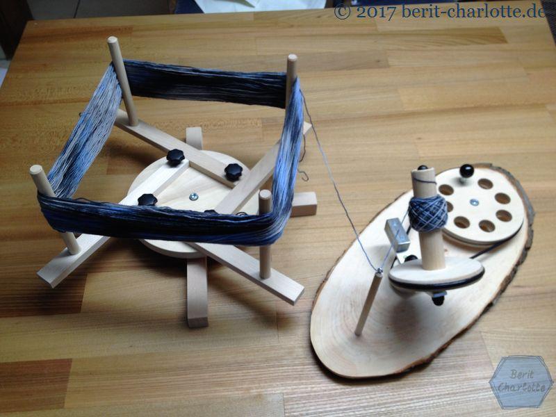 Wollwickler und Haspel mit Strang und angefangenem Knäuel