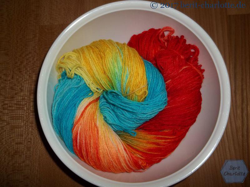 selbstgefärbte Wolle mit Ostereierfarben in 4fädigem Sockenwollgarn