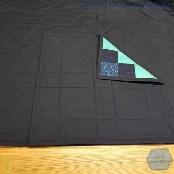 Die Kissenplatte mit der Rückseite nach oben auf den Quilt legen.
