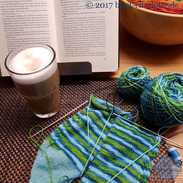 So entspanne ich - natürlich mit Strickzeug, je nach Tageszeit Kaffee oder Tee, inzwischen bin ich vom Buch mehr auf Hörbücher umgeschwenkt.