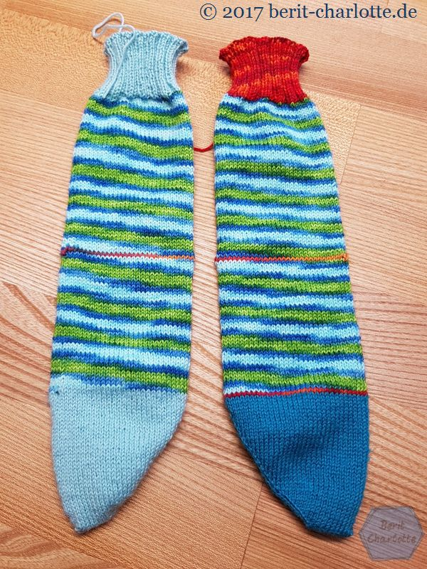 """Die Socken ohne Ferse. Im Mittelteil sieht man die Kontrastfäden. Nach der Spitze beim rechten Socken ist einfach ein """"Überraschungs"""" - Ringel eingestrickt."""