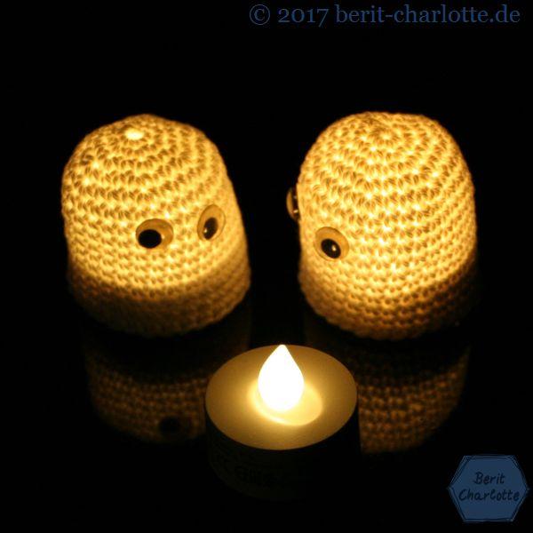 Halloween-Geister - darunter ist ein LED-Teelicht.
