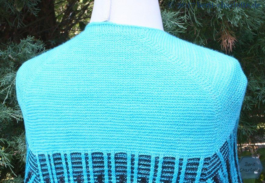 Das Tuch schmiegt sich um Ottokars Schultern.