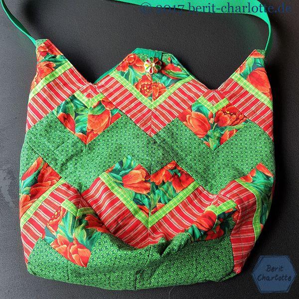 Die Quadrate dieser Tasche bestehen aus zusammengenähten Streifen.