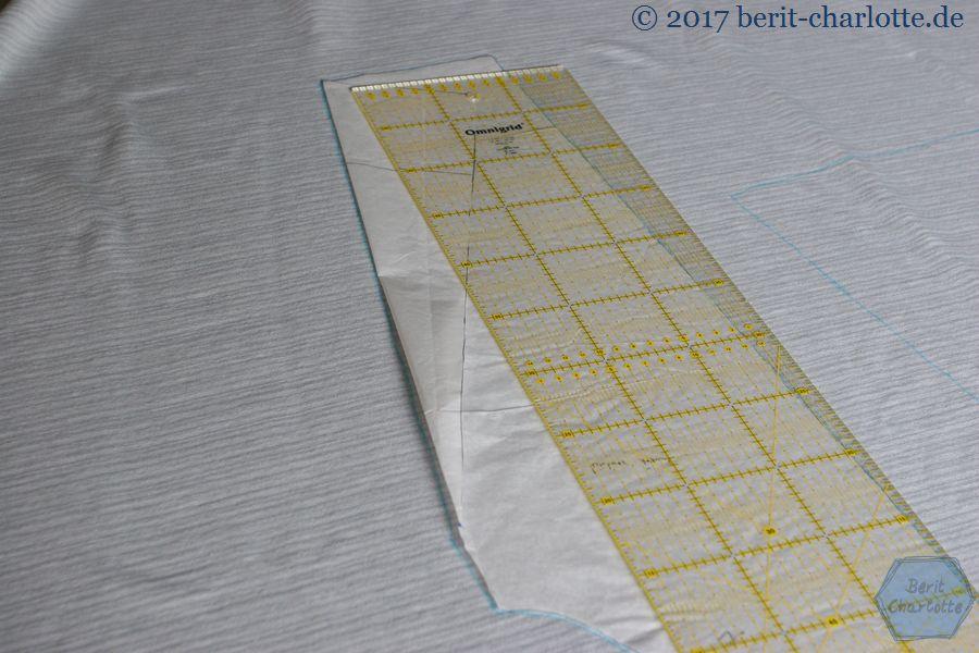 Die Vorlage für den Ärmel habe ich erst in der Originalgröße aus Papier zugeschnitten, und für einen schmaleren Verlauf einfach abgeknickt.