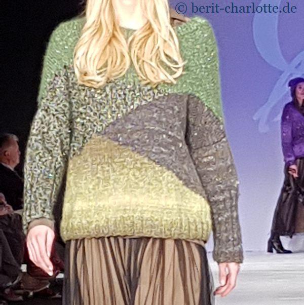 Die Pullover haben lässige Schnitte.