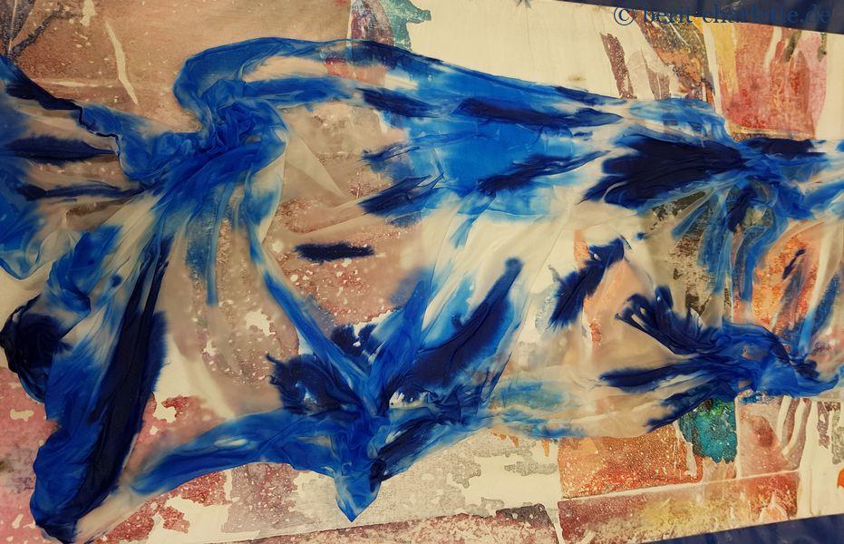 Tuch Nr. 3 - Und genau so wild geht es weiter: ich bin einfach den Formen mit zwei Blautönen gefolgt.