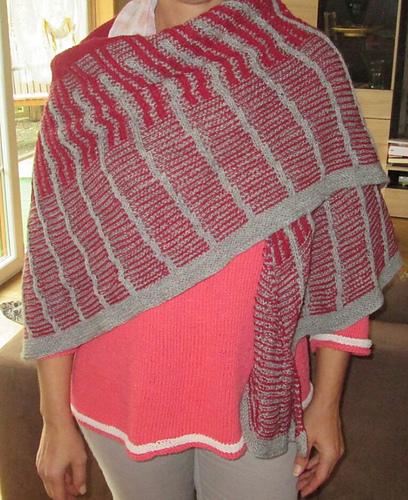 Tuch von Ulla von vorn. Das Tuch ist aus vierfädiger Sockenwolle (grau: Drops Fabel, weinrot: Super Garne Aktiv).