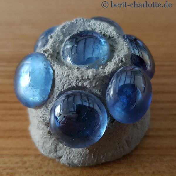 nur mit Klarlack besprüht - Glaskugeln mit Betonoptik