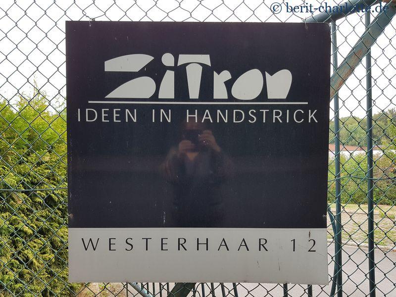 ... und einem Schild vorn am Zaun ...