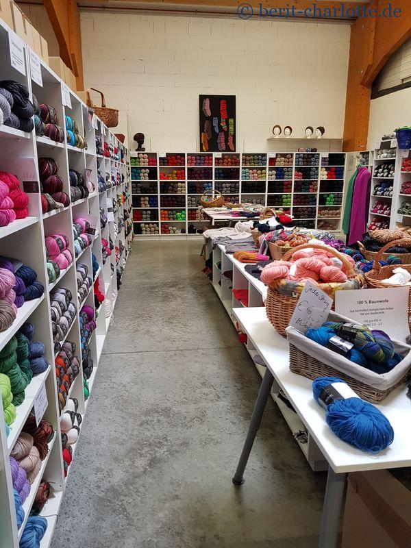 Ein Wolleladen in einer Industriehalle.