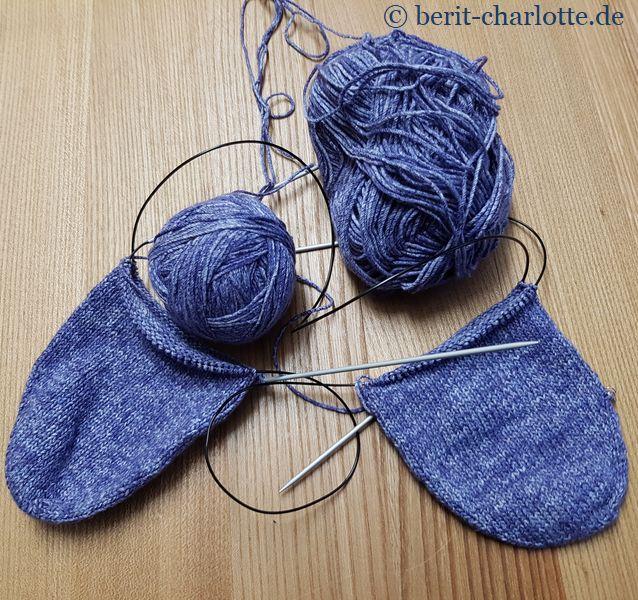 Einfache Socken aus Baumwollgarn hat sich meine Tochter gewünscht. Ich stricke von den Zehen angefangen und zwei Socken gleichzeitig auf zwei Rundnadeln.
