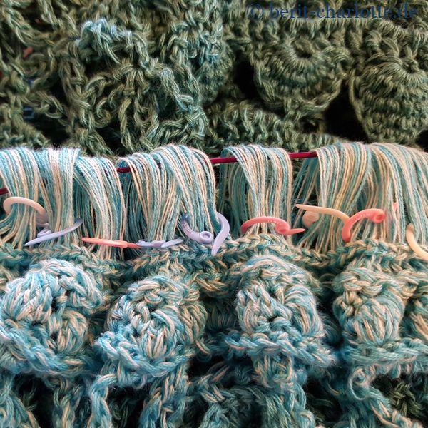 Broomstick-Lace: Und so sieht es dann aus, wenn die dicke Nadel herausgezogen wurde, und die Maschen auf einem Seil geparkt wurden.