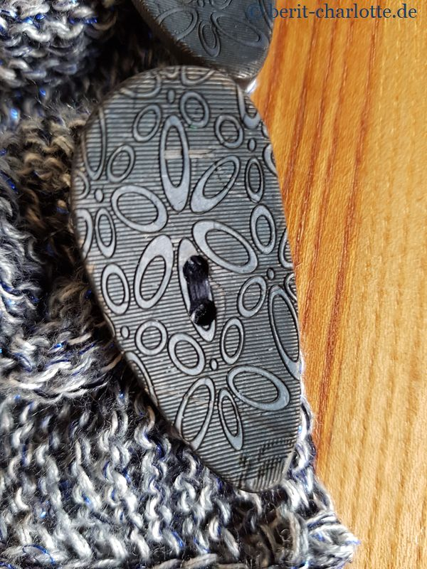 Detailaufnahme Knopf. Ich habe die Knöpfe mit passendem Nähgarn angenäht, die Wolle hätte es zu unruhig gemacht.
