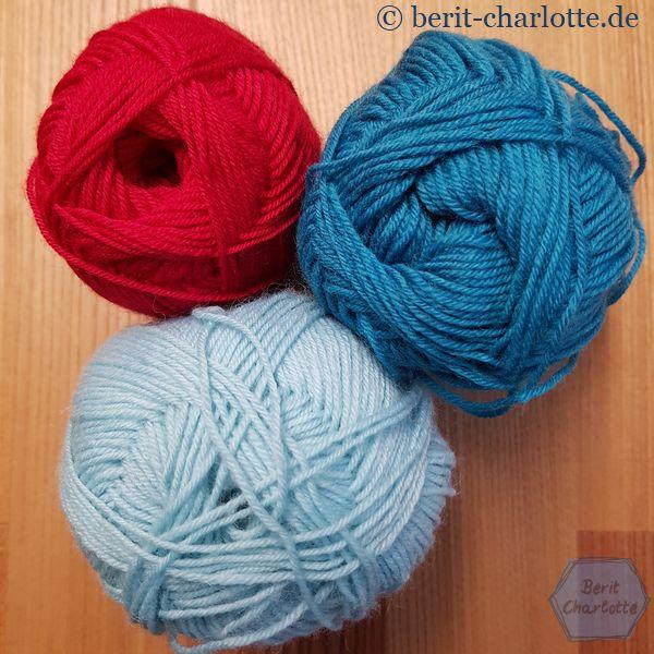 Die Wolle für meine Anesa-Socken: ein kräftiges Rot, Blau-Grün und ein ganz heller Blau-Grün-Ton.