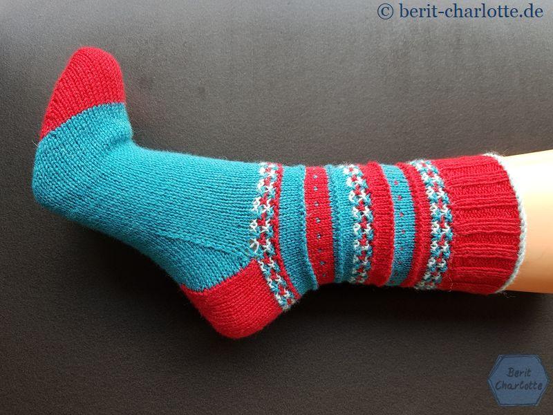 Meine Anesa-Socken: Die kleinen Pünktchen würde ich beim nächsten Mal in der hellen Kontrastfarbe stricken und noch zwei oder drei Runden in dem Blau-Grün-Ton vor der Ferse arbeiten.