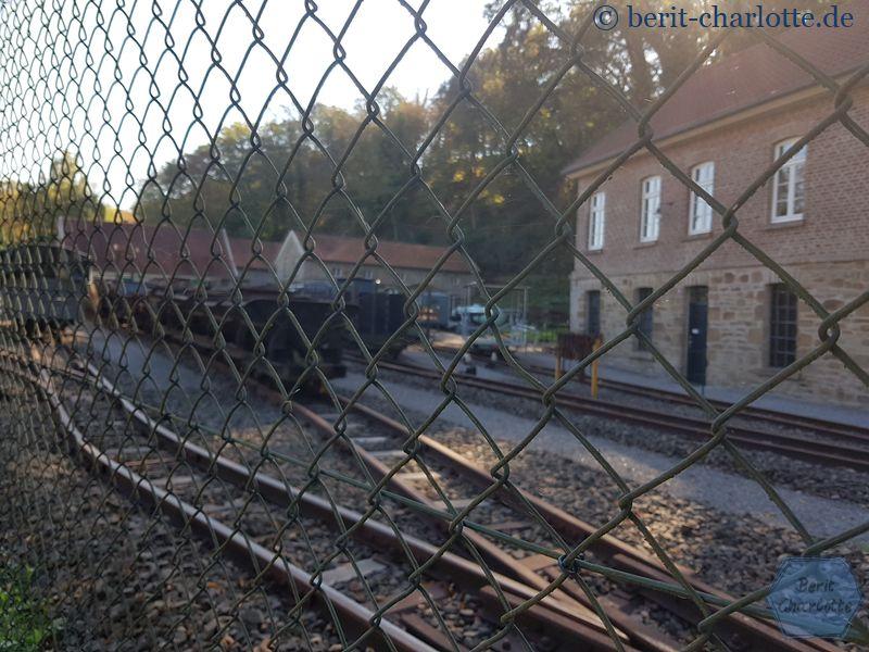 So bleibt uns nur der Blick durch den Zaun… und leider können wir auch nicht mit der Muttenthalbahn fahren.