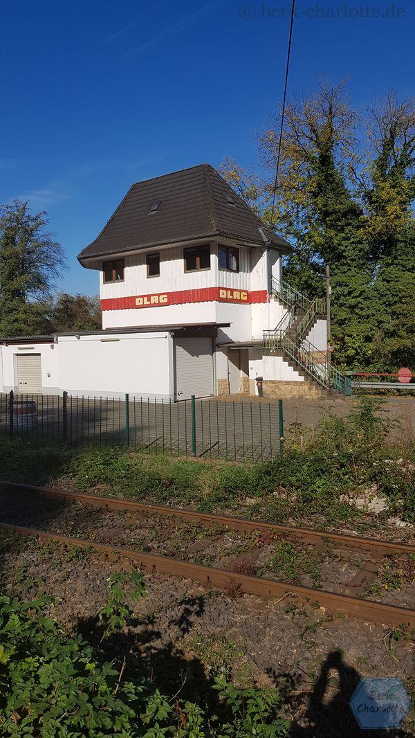 Auf der anderen Seite sehen wir eine der Wachstationen der DLRG (nur so am Rande bemerkt, dies gehört natürlich nicht zur Route Industriekultur, aber DLRG ist mein zweites großes Hobby) in einem ehemaligen Stellwerk. Und dahinter liegt dann gleich die Ruhr.
