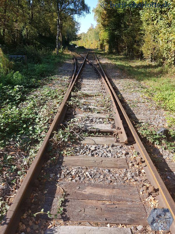 Vorsicht beim Überqueren der Gleise! Hier fahren noch regelmäßig die nostalgischen Züge der Ruhrtalbahn auf dem Weg von Wetter über Witten nach Hattingen.