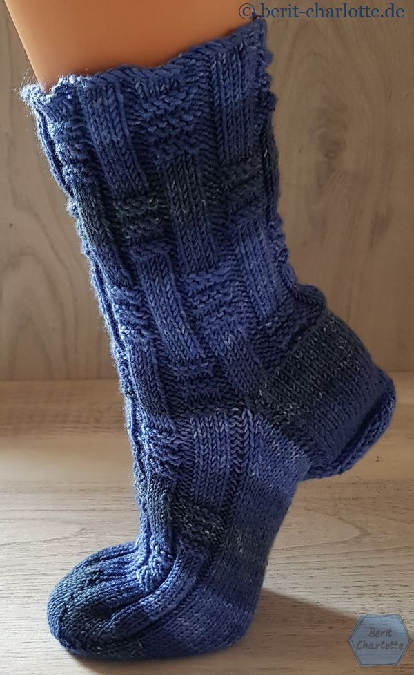 ElisSocks (die Falte an der Ferse ist nur dadurch entstanden, weil mein Deko-Fuß zu klein für die Socken ist)