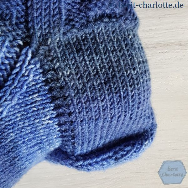 die klassische Käppchenferse ( die Falte an der Ferse ist nur dadurch entstanden, weil mein Deko-Fuß zu klein für die Socken ist)