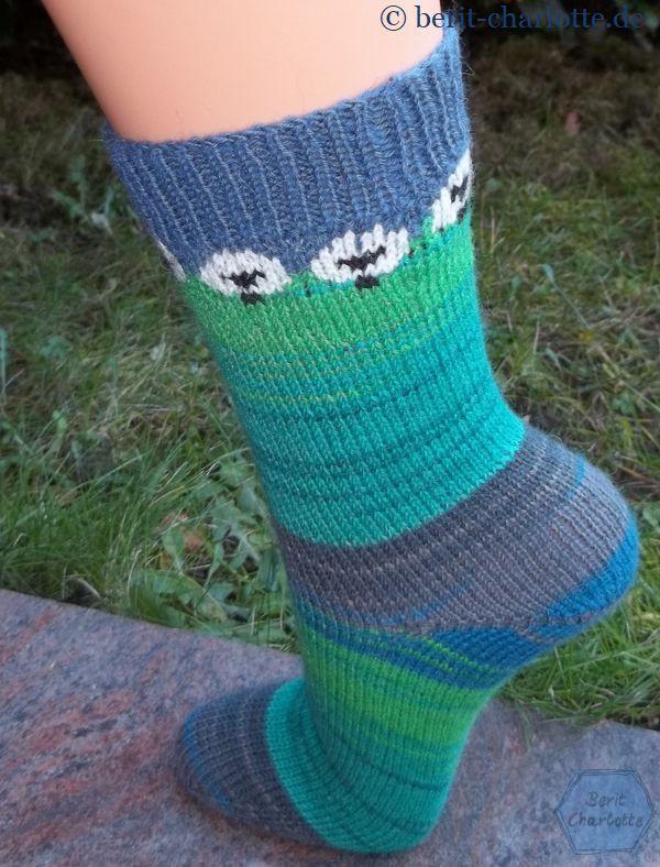 Mein Socken mit den Rhön-Schafen. Rundherum sind es 7 Schafe. Wenn ihr ein paar Maschen mehr braucht, vergrößert ihr einfach die Lücken zwischen den Schafen.
