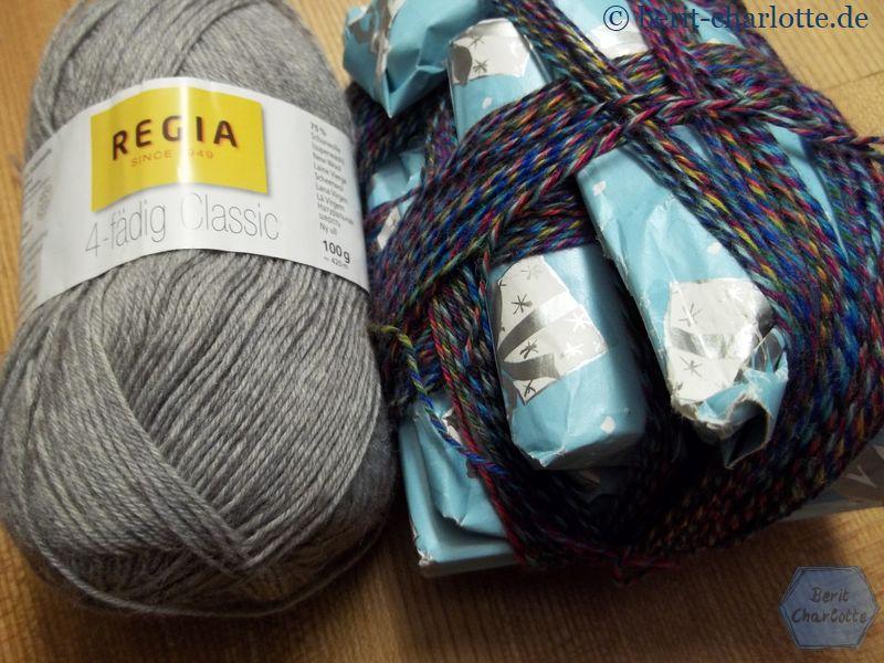 Links die Grundfarbe, rechts das Wickelknäuel mit der bunten Wolle für die Streifen.
