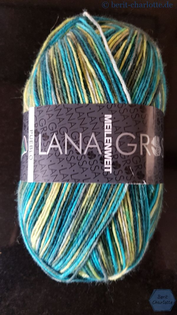 Aus grüner 4fädiger Sockenwolle (Lana Grossa Meilenweit Pueblo Farbe 4208), da ich weiß, dass dies die Lieblingsfarbe der künftigen Trägerin ist.