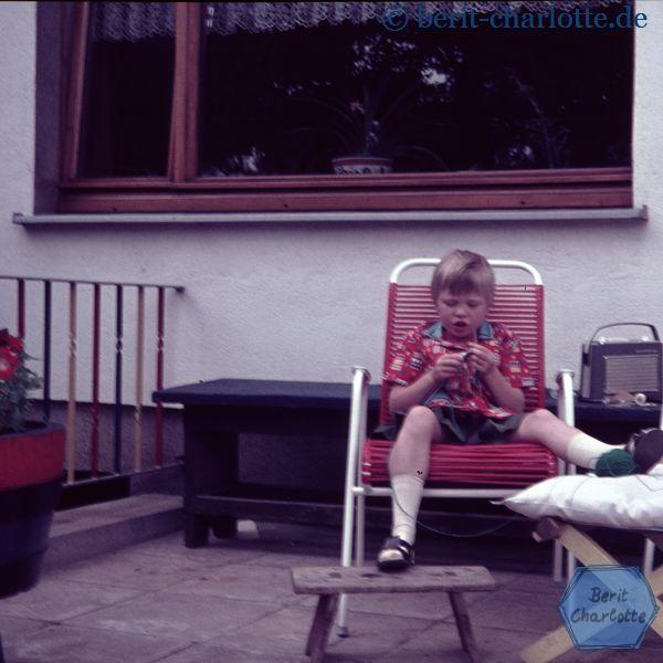 Berit mit sieben Jahren. Ob es meine ersten Handarbeitsversuche waren, weiß ich leider nicht mehr.