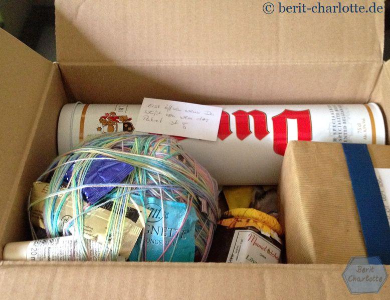 Ein Wickelknäuel mit vielen größeren, separat eingepackten Geschenken.