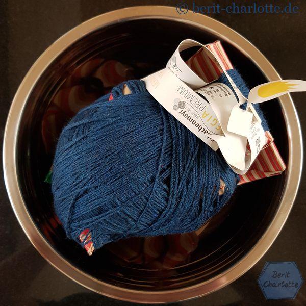 Ich habe eine edle Sockenwolle geschenkt bekommen - Krönchenwolle von Regia. Dafür verzichte ich gern auf einen Teil der Überraschungspäckchen.