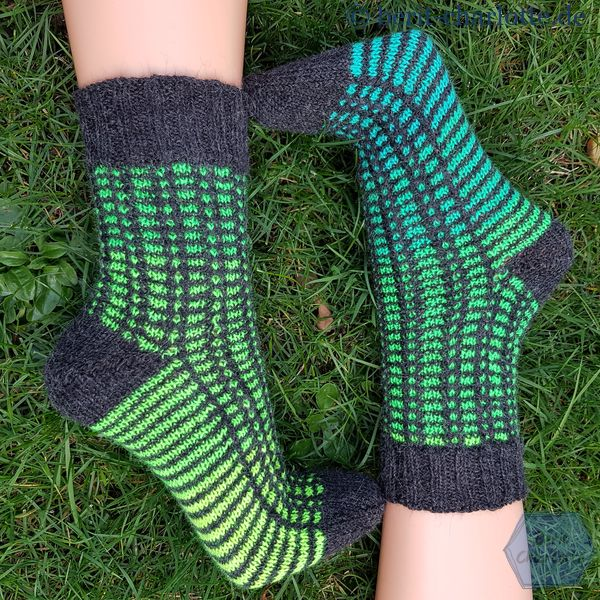 Hier ganz deutlich zu sehen, wie unterschiedlich die Socken durch das grüne Garn mit dem langen Farbverlauf geworden sind. Ich mag das.