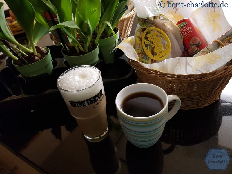 Natürlich gab es zuerst mal einen Kaffee. Aber nicht gucken! Im Hintergrund seht ihr schon ein paar Kleinigkeiten unserer Osteraktion.