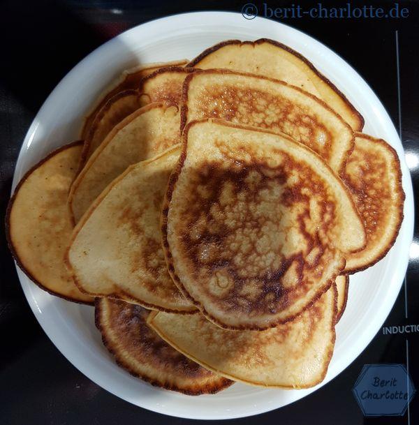 Und Pancakes. Wenn man drei Stück in einer großen Pfanne gleichzeitig bäckt, werden sie nicht unbedingt rund.
