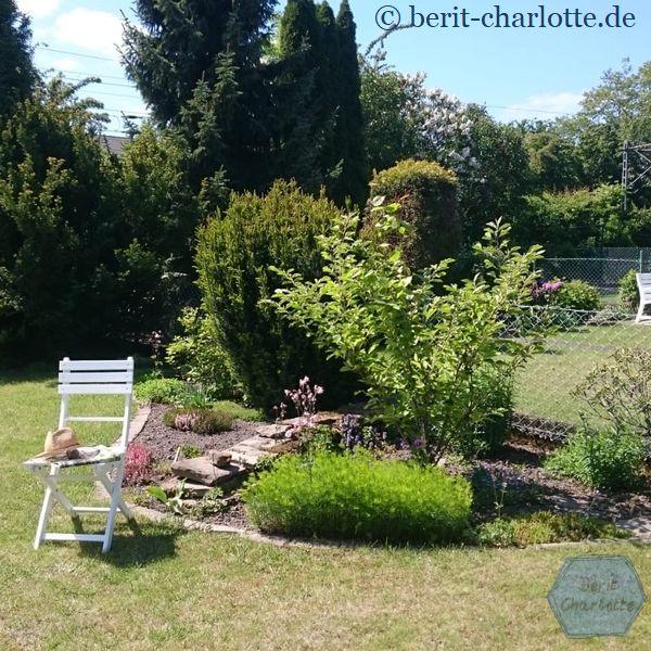 Keine Decke. Dafür schmückt ein Gartenhut den Stuhl.